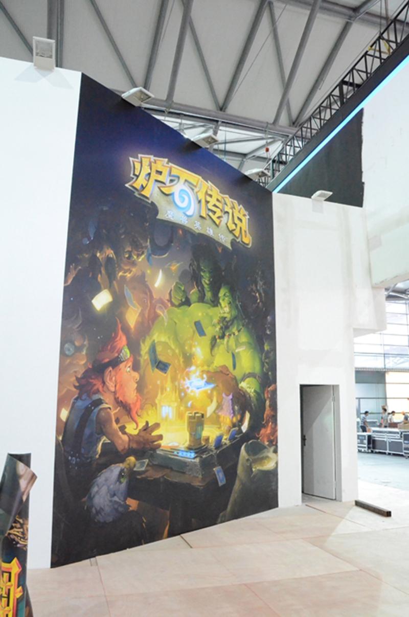 在试玩区的墙面贴画中,我们也看到《炉石传说》的宣传画,但据瞭解